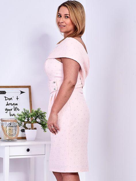 Jasnoróżowa sukienka w drobne wypukłe wzory PLUS SIZE                              zdj.                              6