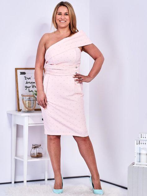 Jasnoróżowa sukienka w drobne wypukłe wzory PLUS SIZE                              zdj.                              4