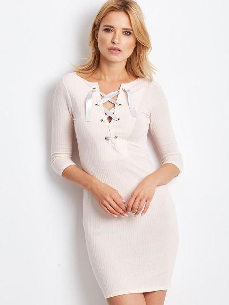 Jasnoróżowa sukienka w prążek z dekoltem lace up                              zdj.                              1