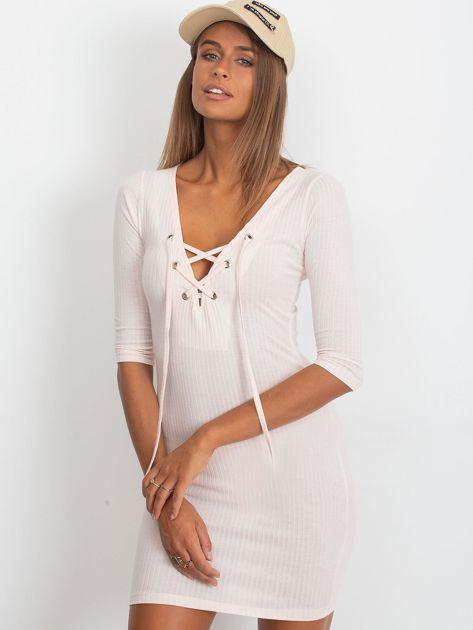 Jasnoróżowa sukienka w prążek ze sznurowaniem                              zdj.                              3