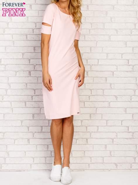 Jasnoróżowa sukienka z rozcięciami na rękawach                                  zdj.                                  3