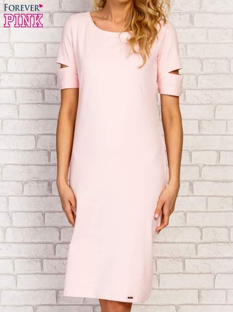 Jasnoróżowa sukienka z rozcięciami na rękawach                                  zdj.                                  1