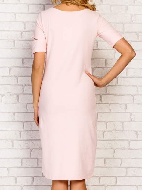 Jasnoróżowa sukienka z rozcięciami na rękawach                                  zdj.                                  4
