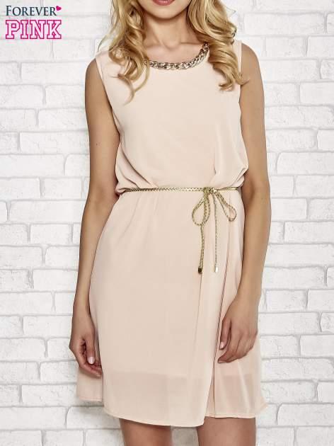 Jasnoróżowa sukienka ze złotym łańcuszkiem przy dekolcie                                  zdj.                                  1