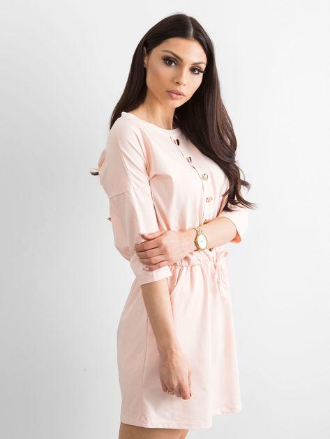 Jasnoróżowa sukienka ze złotymi guzikami                              zdj.                              3