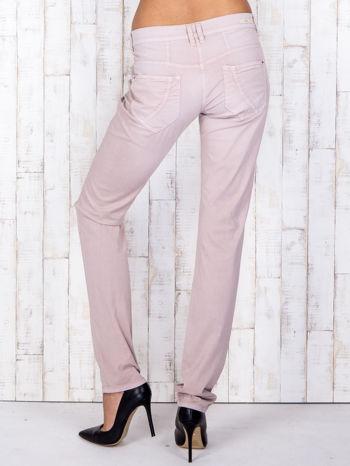 Jasnoróżowe materiałowe spodnie regular na guziki                                  zdj.                                  2