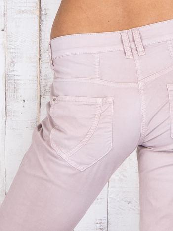 Jasnoróżowe materiałowe spodnie regular na guziki                                  zdj.                                  5