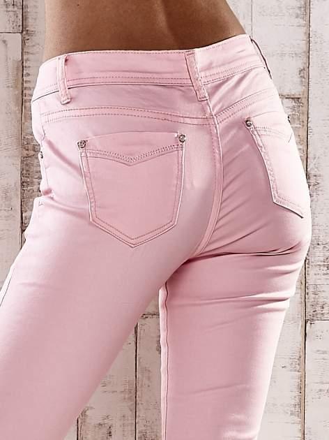 Jasnoróżowe spodnie skinny jeans z dżetami                                  zdj.                                  6