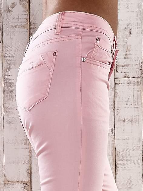 Jasnoróżowe spodnie skinny jeans z ozdobami przy kieszeniach                                  zdj.                                  4