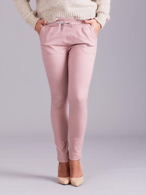 Jasnoróżowe spodnie z troczkami i lampasami                              zdj.                              2
