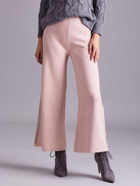 Jasnoróżowe szerokie spodnie z dzianiny                              zdj.                              2