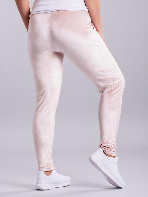 Jasnoróżowe welurowe spodnie dresowe PLUS SIZE                              zdj.                              2