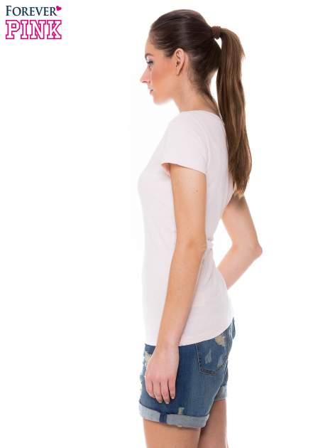 Jasnoróżowy basicowy t-shirt z dekoltem w serek                                  zdj.                                  3