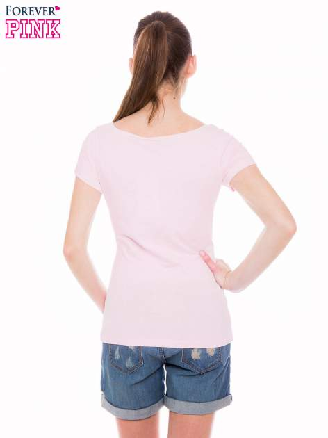 Jasnoróżowy basicowy t-shirt z okrągłym dekoltem                                  zdj.                                  3