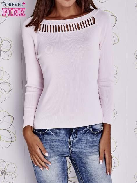 Jasnoróżowy jedwabny sweter z ażurowaniem przy dekolcie