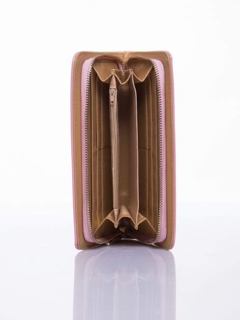 Jasnoróżowy lakierowany portfel z odpinanym złotym łańcuszkiem                                  zdj.                                  3