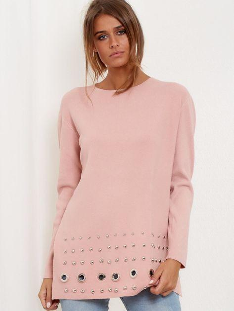 Jasnoróżowy luźny sweter z ozdobnymi ćwiekami                              zdj.                              4