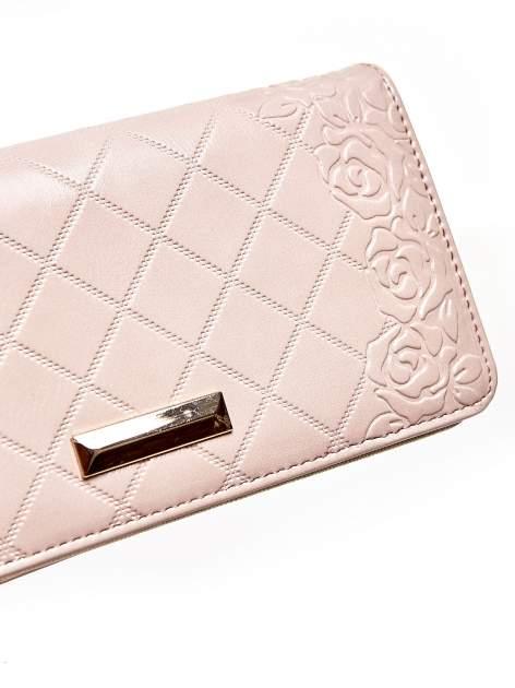 Jasnoróżowy pikowany portfel z kwiatowym tłoczeniem                                  zdj.                                  6