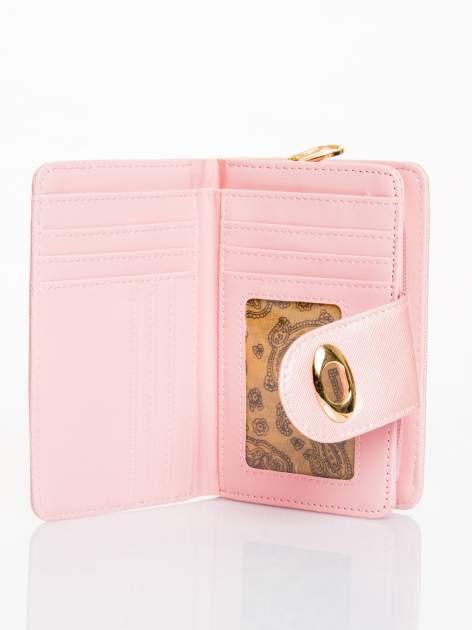Jasnoróżowy portfel ze złotym zapięciem efekt skóry saffiano                                  zdj.                                  3