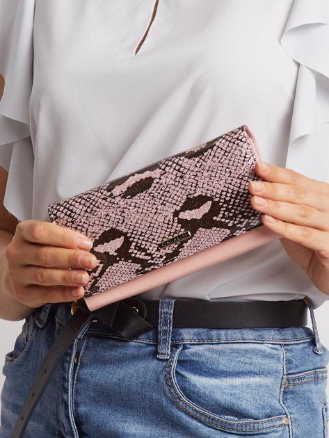 Jasnoróżowy skórzany portfel ze wzorem