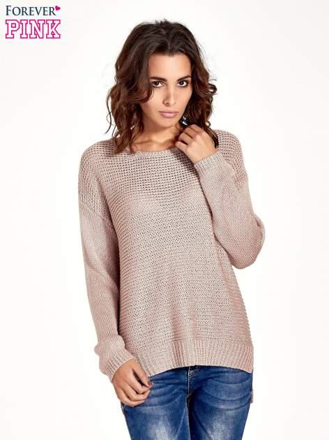 Jasnoróżowy sweter o większych oczkach
