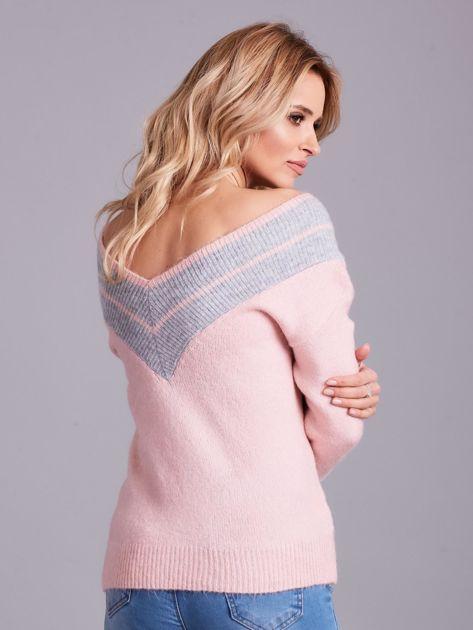 Jasnoróżowy sweter z dekoltem w serek                              zdj.                              2
