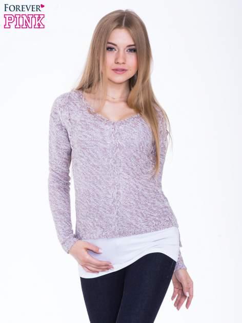 Jasnoróżowy sweter z warkoczowym splotem z przodu                                  zdj.                                  1