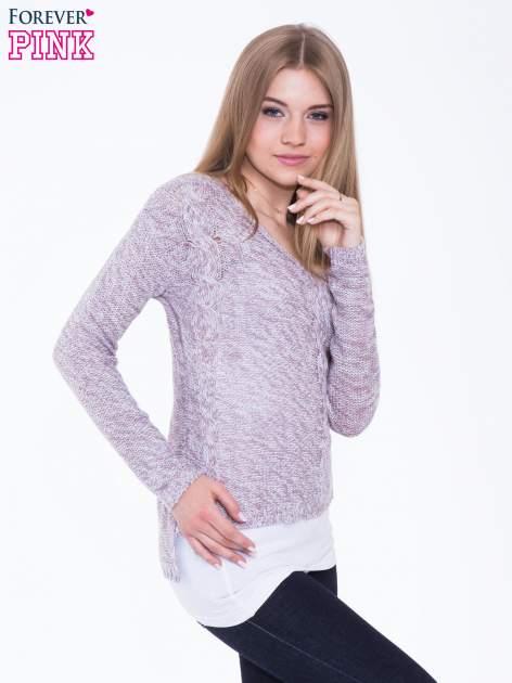 Jasnoróżowy sweter z warkoczowym splotem z przodu                                  zdj.                                  2