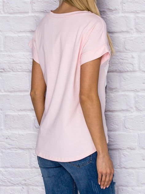 Jasnoróżowy t-shirt z malarskim nadrukiem                              zdj.                              2