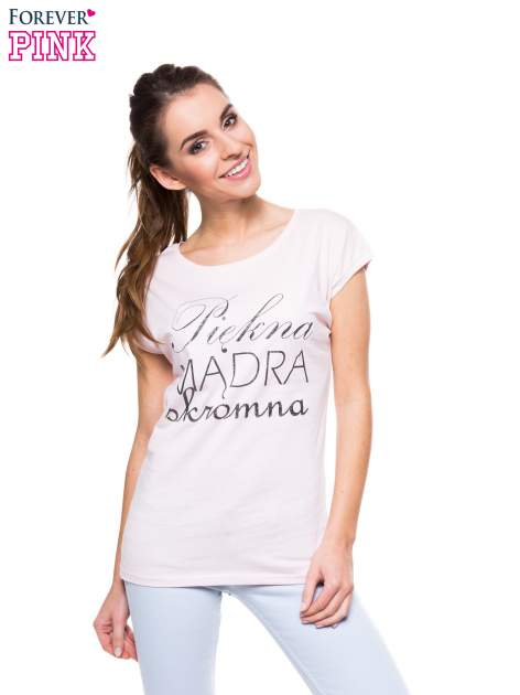 Jasnoróżowy t-shirt z nadrukiem tekstowym PIĘKNA MĄDRA SKROMNA
