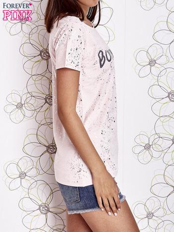 Jasnoróżowy t-shirt z napisem BONJOUR                                  zdj.                                  3
