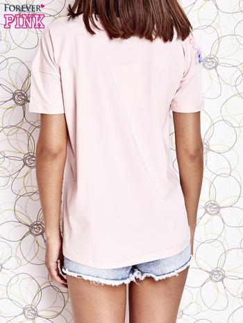 Jasnoróżowy t-shirt z naszywką motyla i pomponikami                                  zdj.                                  4