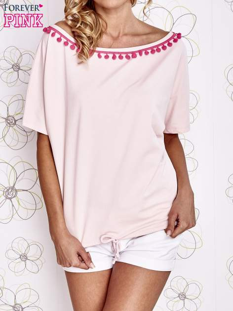 Jasnoróżowy t-shirt z różowymi pomponikami przy dekolcie