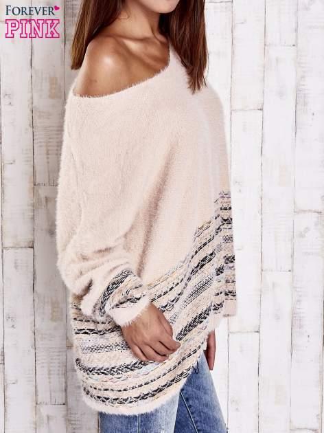 Jasnoróżowy włochaty sweter oversize z kolorową nitką                                   zdj.                                  4