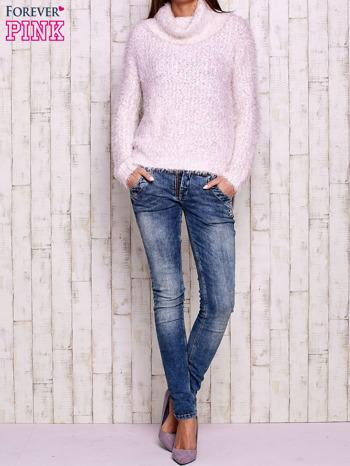 Jasnoróżowy włochaty sweter z golfem                                  zdj.                                  4