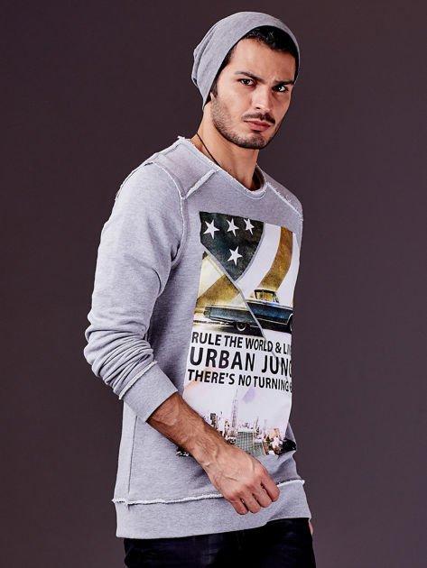 Jasnoszara bluza męska z nadrukiem i surowym wykończeniem                                  zdj.                                  3