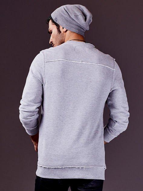 Jasnoszara bluza męska z nadrukiem i surowym wykończeniem                              zdj.                              2