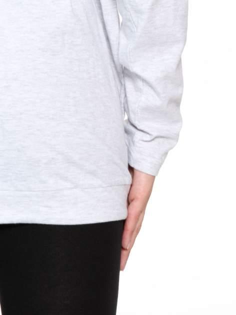 Jasnoszara bluzka dresowa z kołnierzokapturem i ściągaczem na dole                                  zdj.                                  11