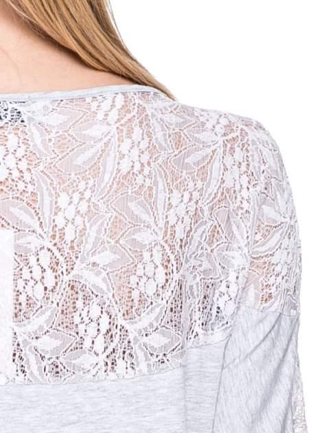 Jasnoszara bluzka z koronkową wstawką na rękawach i z tyłu                                  zdj.                                  5