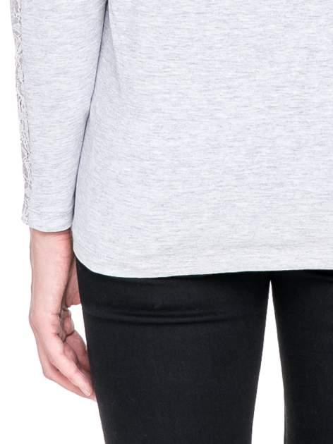 Jasnoszara bluzka z koronkową wstawką wzdłuż rękawów                                  zdj.                                  7