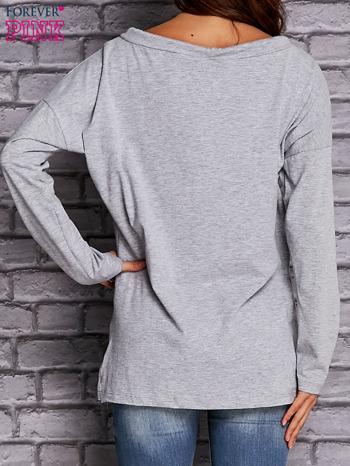 Jasnoszara bluzka z wiązaniem przy dekolcie i kieszenią                                  zdj.                                  4