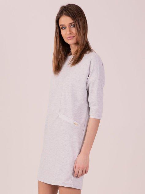Jasnoszara dresowa sukienka z imitacją kieszeni                               zdj.                              2
