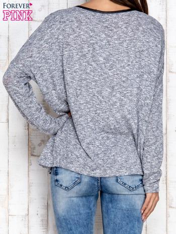 Jasnoszara melanżowa bluzka ze skórzaną kieszonką                                  zdj.                                  2
