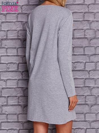 Jasnoszara sukienka z ozdobną przypinką                                  zdj.                                  2
