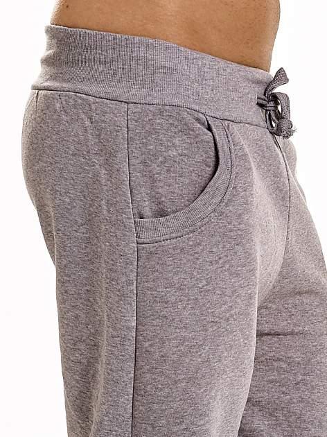 Jasnoszare dresowe spodnie męskie z trokami w pasie i kieszeniami                                  zdj.                                  7