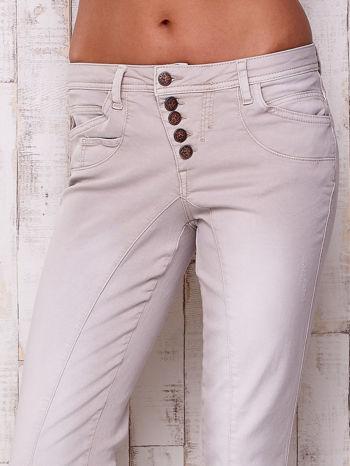 Jasnoszare materiałowe spodnie z przeszyciem                                  zdj.                                  4