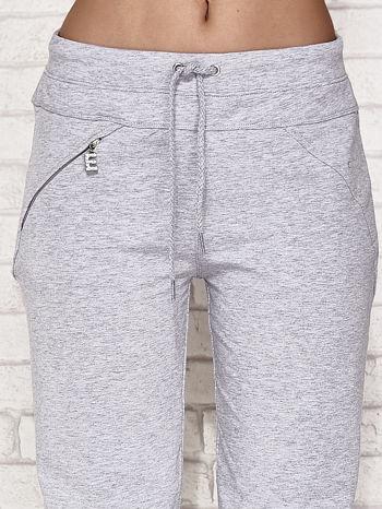Jasnoszare spodnie dresowe capri z kieszonką                                  zdj.                                  4