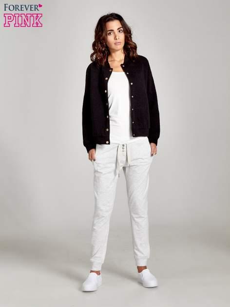 Jasnoszare spodnie dresowe damskie z guziczkami                                  zdj.                                  8