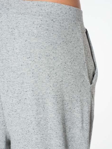 Jasnoszare spodnie dresowe typu baggy z guziczkami                                  zdj.                                  8