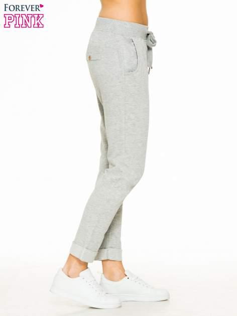 Jasnoszare spodnie dresowe z guzikami wiązane w pasie                                  zdj.                                  3